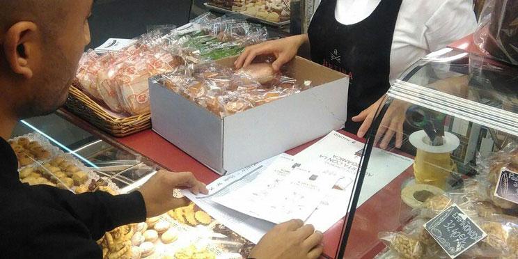 educador informando a una panadera